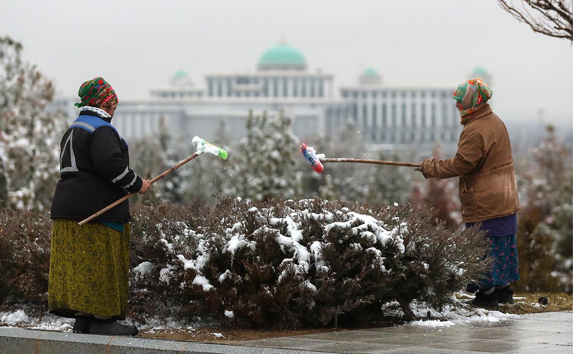 Дворники в одном из парков Ашхабада, столицы Туркменистана. 17 февраля 2017 года