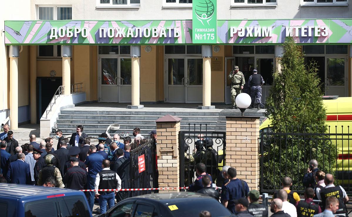 Сотрудники правоохранительных органов у школы № 175