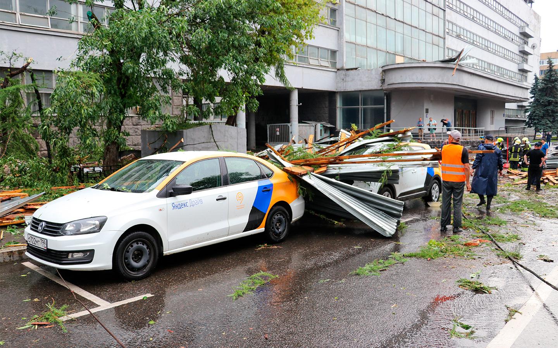 <p>Последствия падения фрагментов кровли бывшего здания комбината газеты &laquo;Правда&raquo; на припаркованные автомобили по адресу: ул. Правды, д. 24.</p>