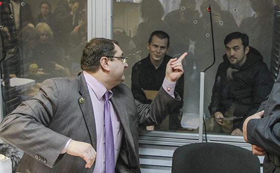 Адвокат Юрий Грабовский (слева) назаседании суда поделу о«бойцах ГРУ». Киев, ноябрь 2015 года