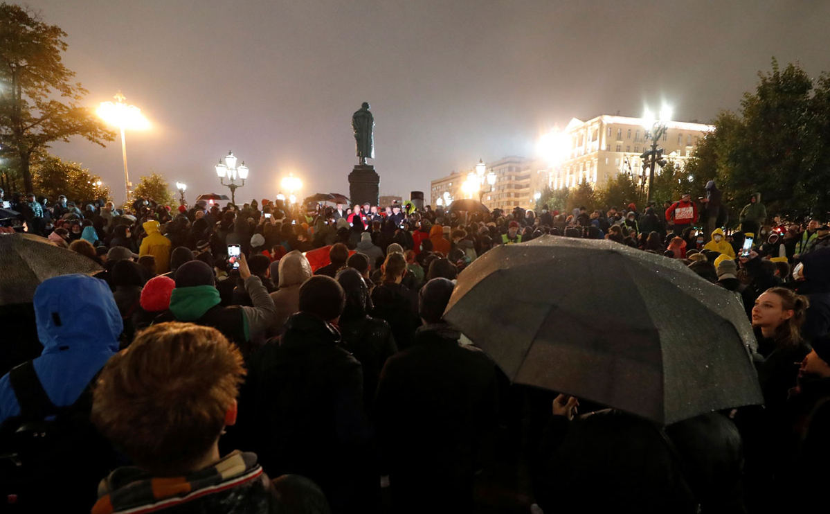 Участники акции протеста Коммунистической партии Российской Федерации по итогам выборов депутатов Государственной Думы