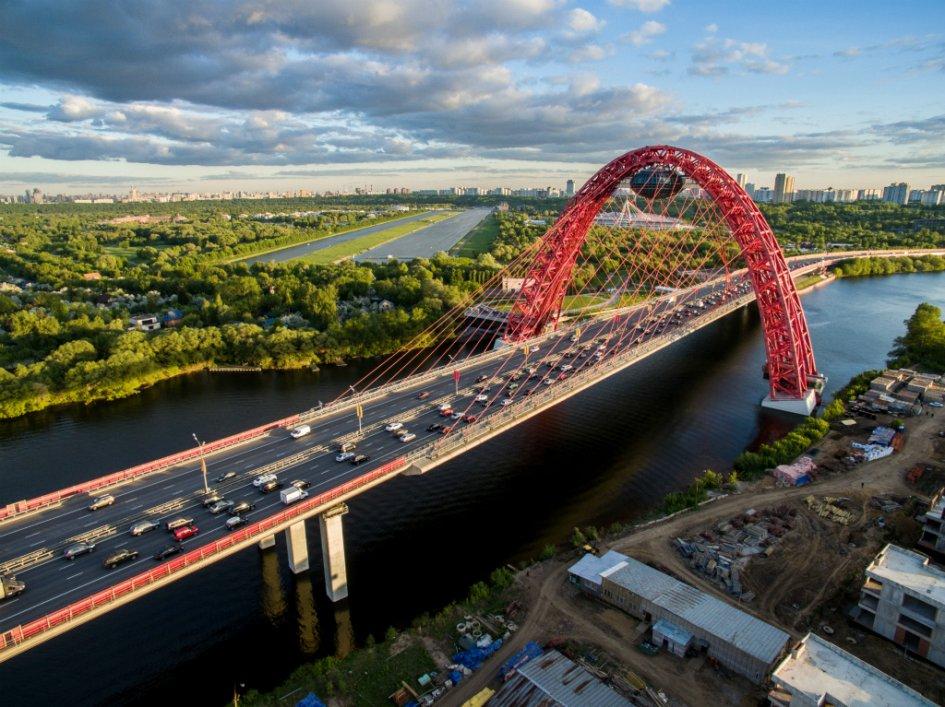 Живописный мост через Москву-реку стал первым и пока что единственным вантовым мостом в Москве. Его высота составляет 105м, а общая длина достигает почти 1,5 км