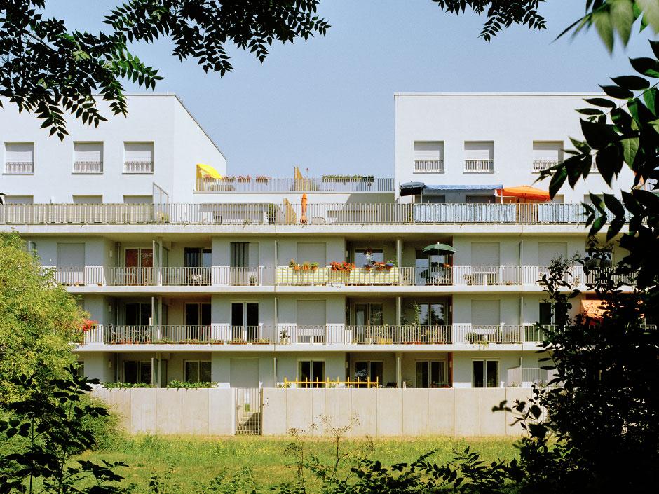 Частичное удаление верхних этажей создало ступенчатый объем сбольшими крышами
