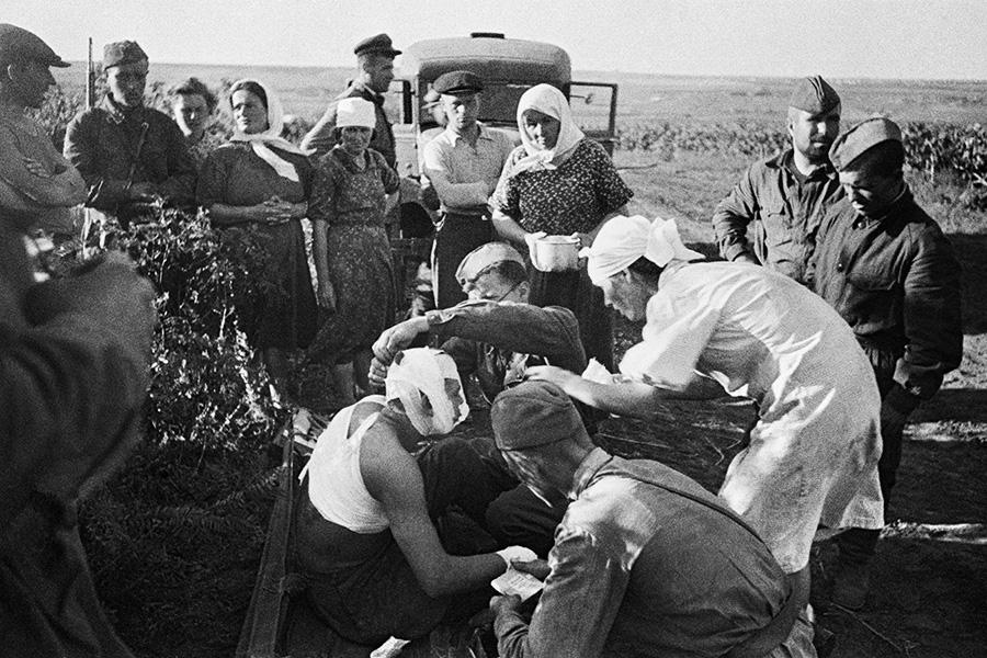 Медсестры оказывают помощь первым раненым после воздушного налёта под Кишинёвом,22 июня 1941г.