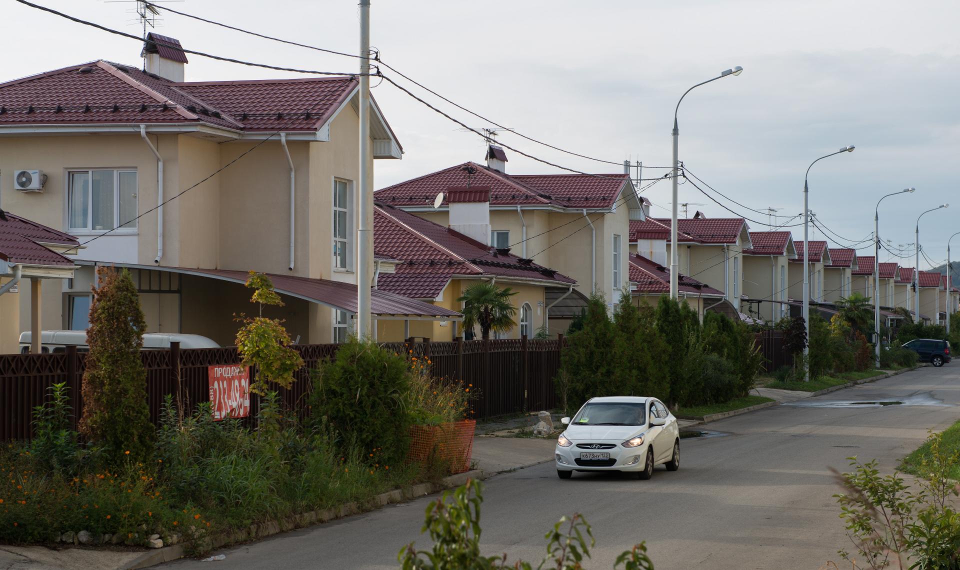 Коттеджи, расположеные неподалеку от Олимпийского парка у побережья Черного моря (район Таврической улицы). Объекты были построены в рамках подготовки к зимним Олимпийским играм 2014 года