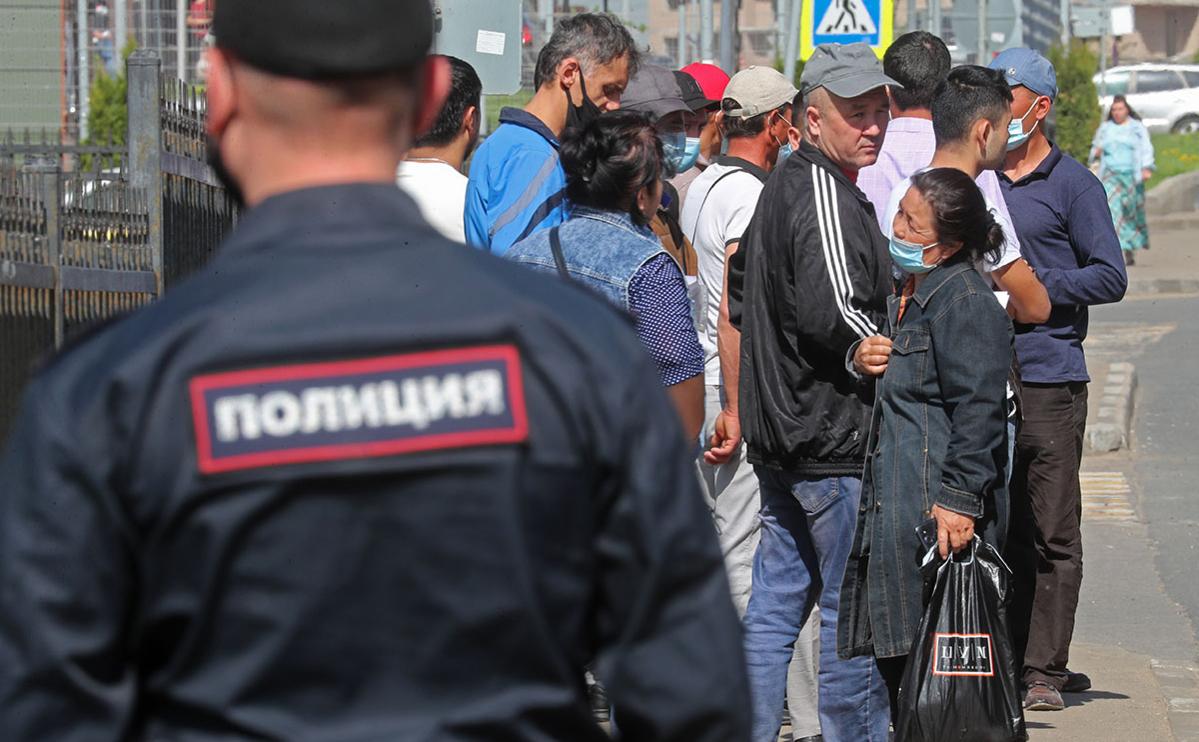 Мигранты у Единого миграционного центра Московской области