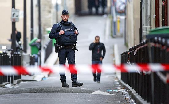 Французскийполицейский на улице Парижа