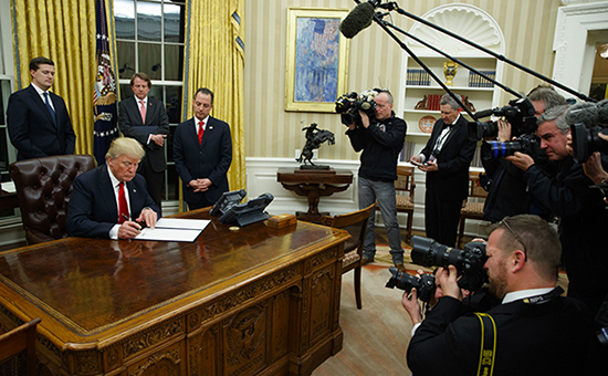 Президент СШАДональд Трамп в Овальном кабинете. 20 января 2017 года