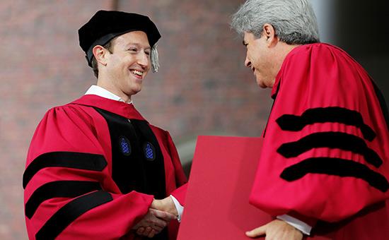 Марк Цукерберг (слева)