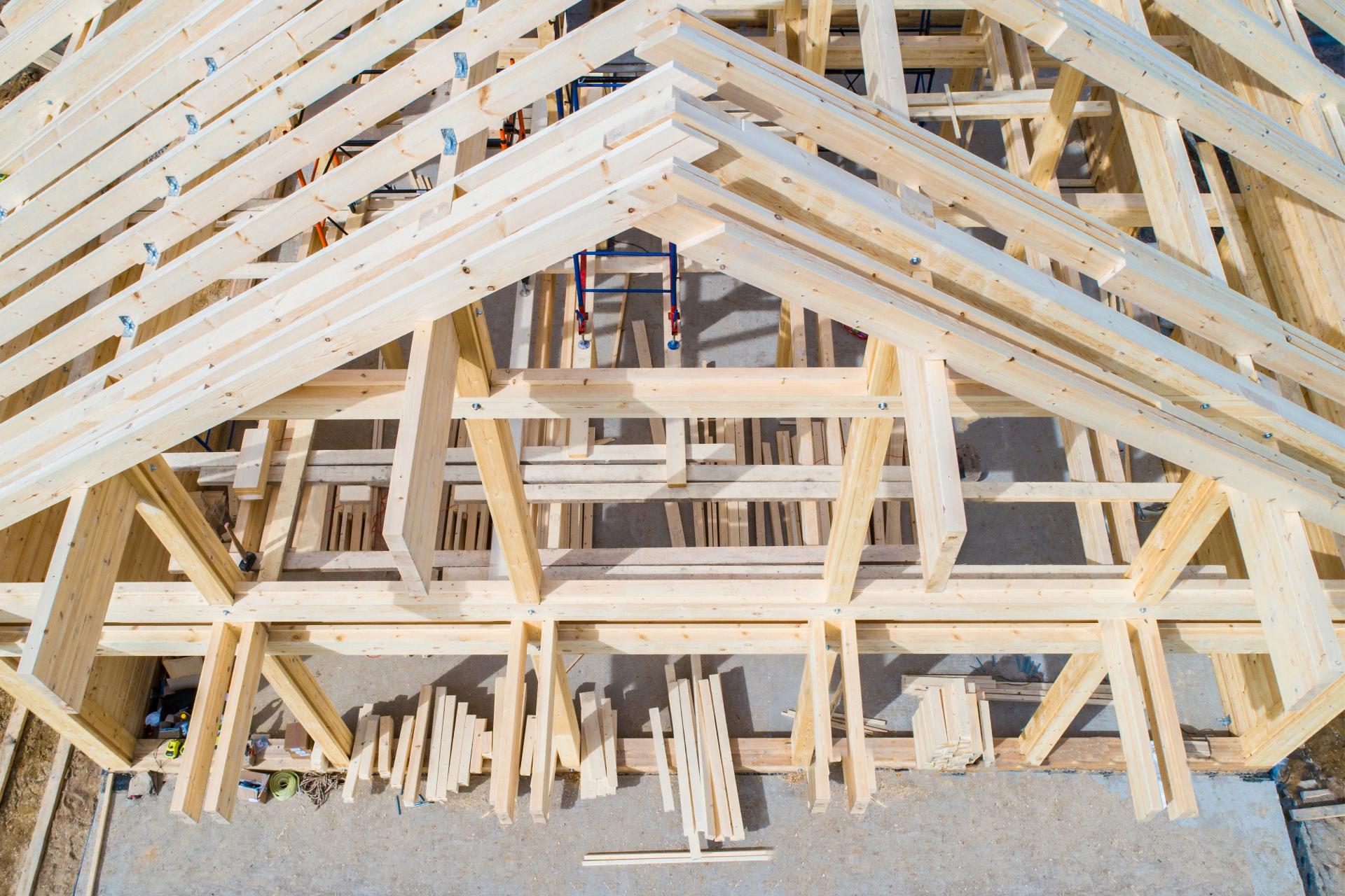 К технологиям деревянного домостроения сегодня относят клееный и массивный брус, бревно, каркасные (каркасно-панельные), фахверк-, сип-панели и т. д.