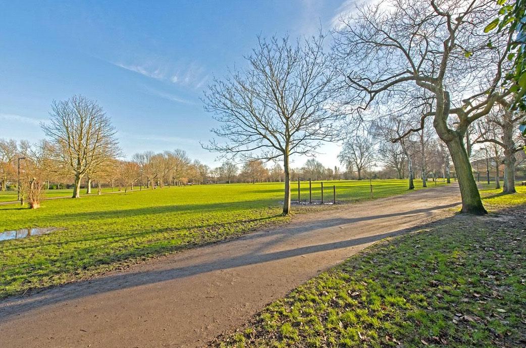 На территории парка расположеныспортивные площадки, теннисные корты и озеро