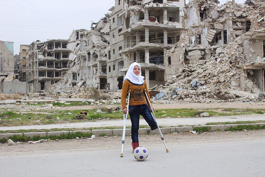 Саджа, 13лет. Когда началась война, ей было семьлет. Потеряла ногу два года назадво время атаки наБаб Аль-Найраб. В другой атаке погиб ее брат. Сегодня Саджа иее семья живут внаполовину разрушенном районе ввосточном Алеппо, девочка учится вшколе илюбит футбол: «Я люблю играть вфутбол. Когда я играю, я забываю провсе потери».  Саджа мечтает однажды принять участие вПаралимпийских играх ичтобы вСирии закончилась война: «Я мечтаю, чтобывСирии все было какраньше. Войнабы закончилась. Я надеюсь, чтокогда-нибудь мы сможем вернуться домой ижить какраньше».