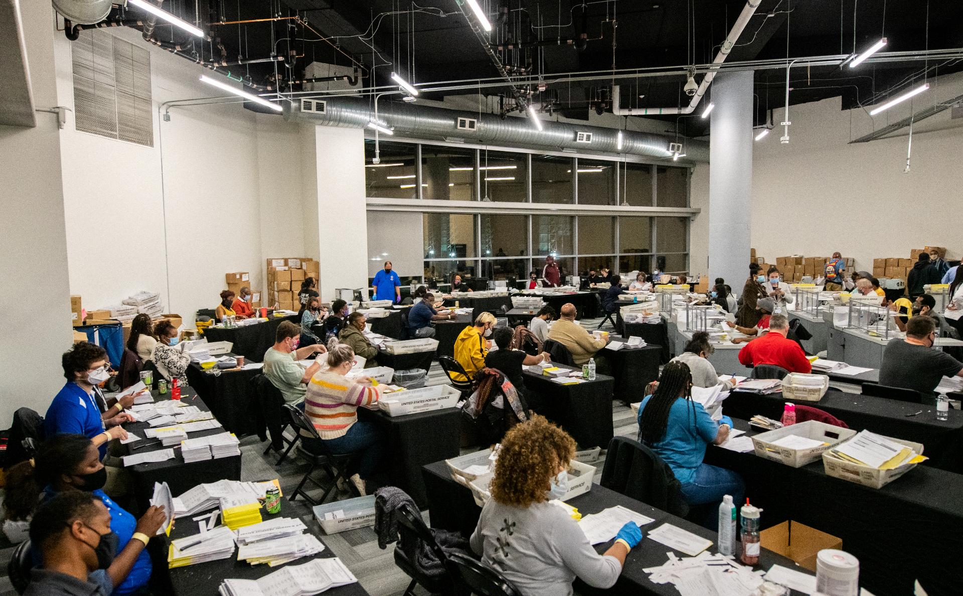 Обработка избирательных бюллетеней в Атланте, штат Джорджия