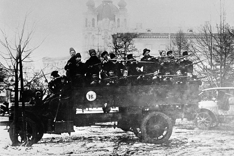 Отряд вооруженных красногвардейцев на грузовике в дни Октябрьской революции