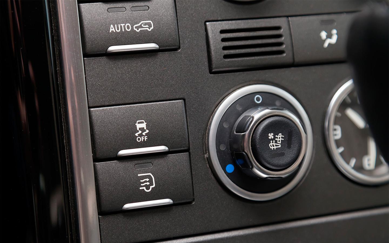 <p>На некоторых моделях кнопка ESP Off отключает систему не до конца, а лишь допускает небольшие заносы и скольжения.</p>