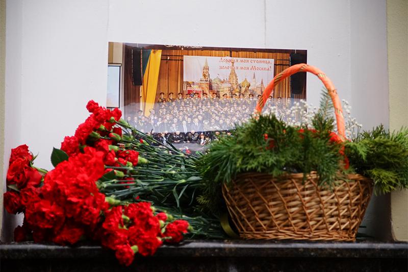Цветы у здания концертного зала «Александровский» всвязискрушением самолета Ту-154
