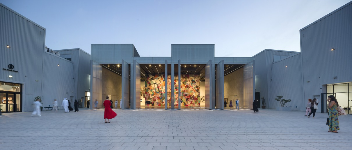 Бывшие склады Альсеркаль Авеню в Дубае превратили в культурный центр Concrete по проекту голландского бюро OMA. Теперь здесь располагаются мастерские художников и выставочные центры. Внутри пространства— четыре восьмиметровые поворотные и раздвижные стены, расположенные недалеко от двора— главного открытого общественного пространства района