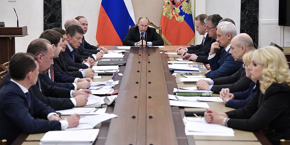 Президент России Владимир Путин (в центре) на совещании с членами правительства РФ в Кремле 31 октября
