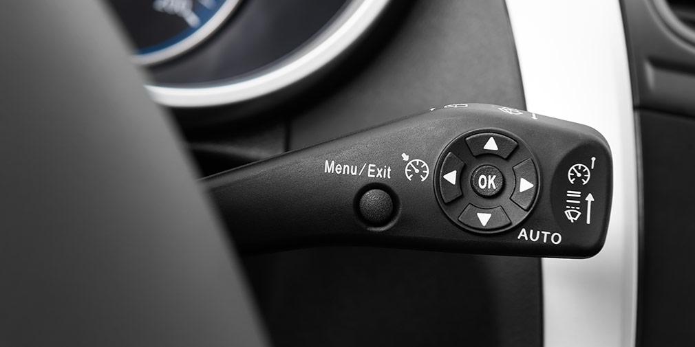 Короткими и длинными нажатиями кнопки Menu предложено выбирать между яркостью приборов, круиз-контролем и ограничителем скорости.