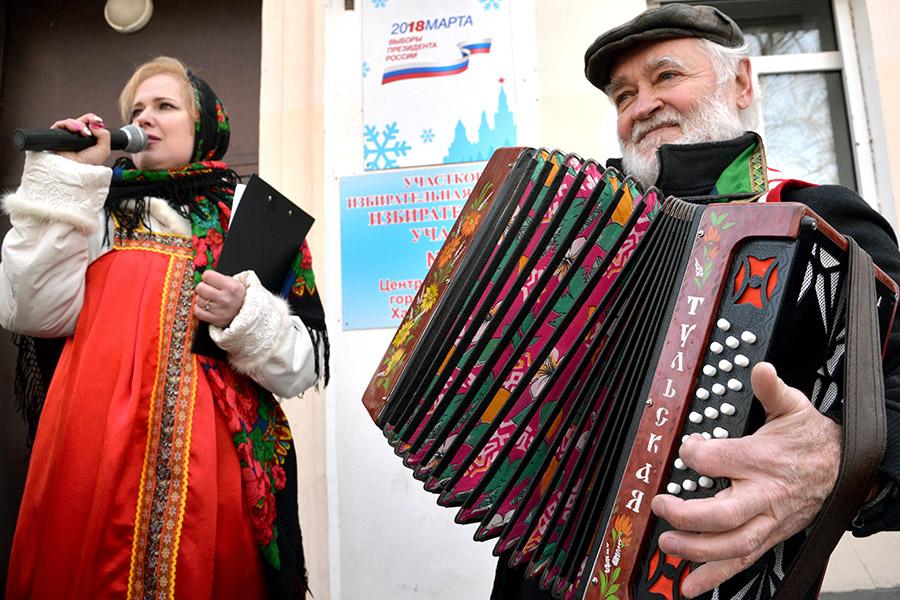 Раньше всехоткрылись избирательные участки Камчатского края и Чукотского автономного округа: там голосование началось в 8 утра местного времени (23:00 мск 17 марта).