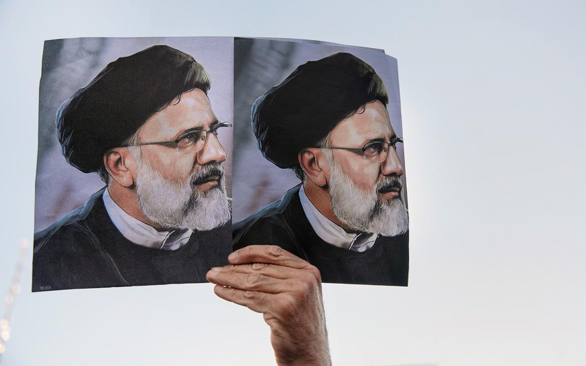 Плакат с изображением Ибрагима Раиси