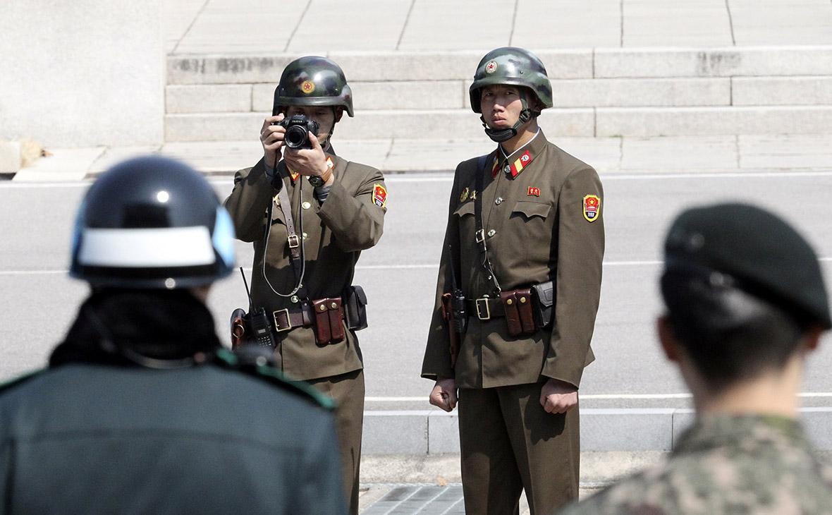 Военнослужащие Южной и Северной Кореи в пограничной деревне Пханмунджом. Архив