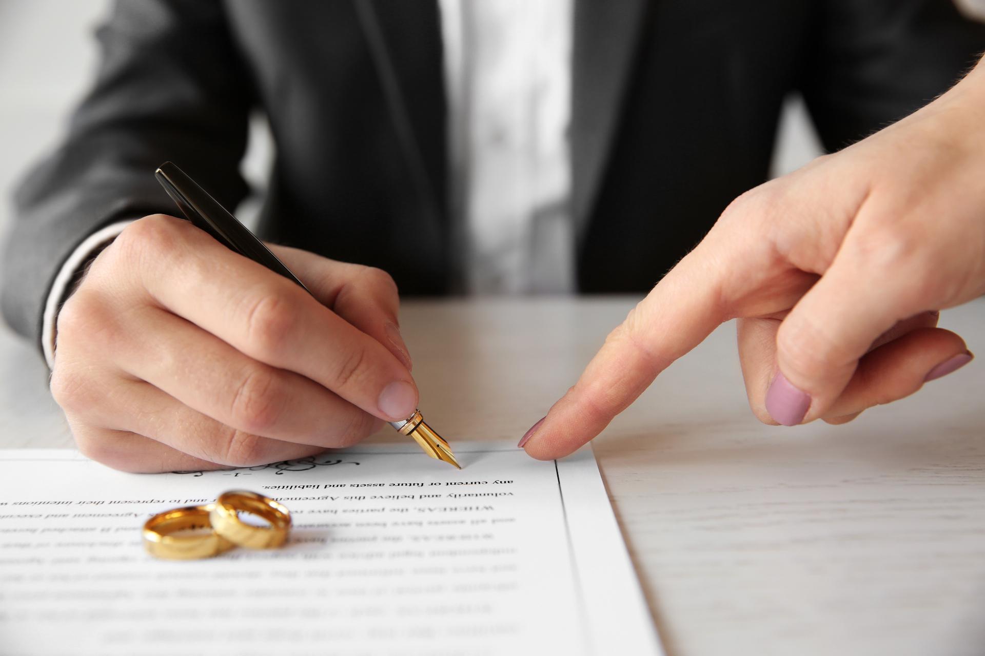 Брачный договор определяет только имущественные права и обязанности супругов