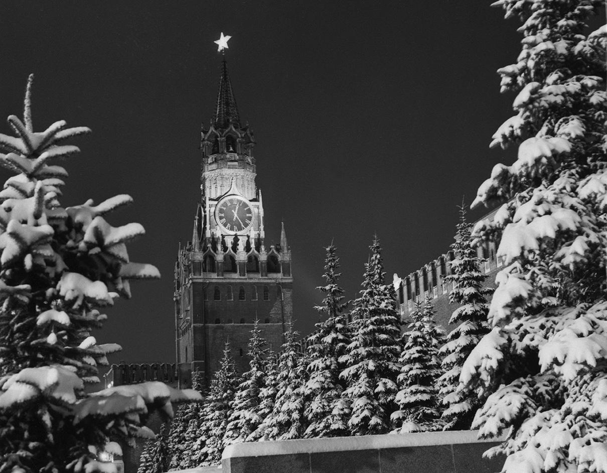Спасская башня на Красной площади в канун Нового, 1965 года