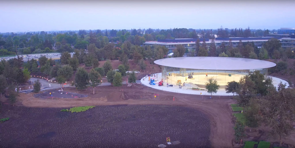На территории Apple park находится атриум имени Стива Джобса, рассчитанный на 1 тыс. посетителей. Стеклянные стены позволят наблюдать за презентациями тем, кому не хватило места внутри. Именно здесь 12 сентября Apple покажет новый iPhone
