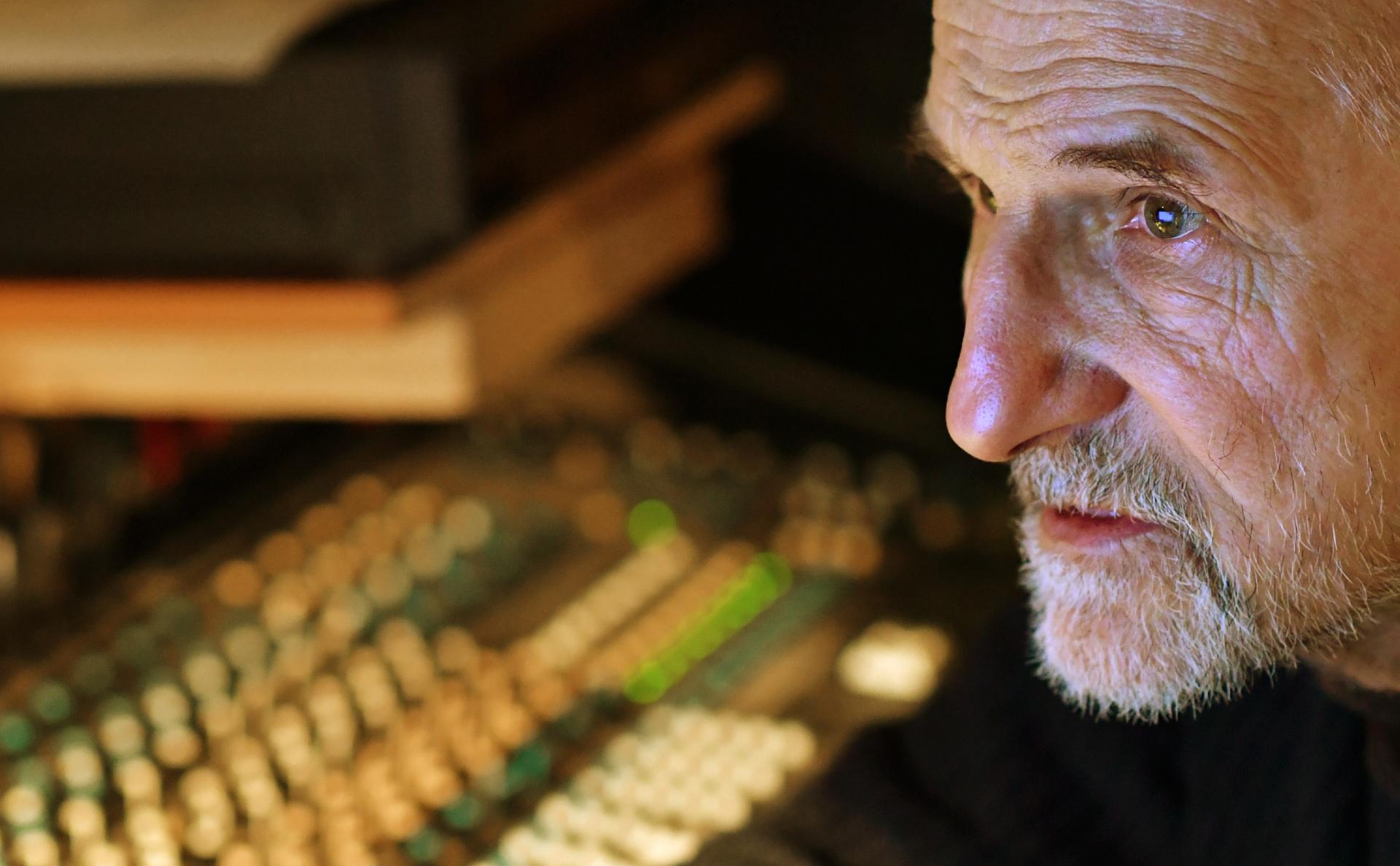 Петр Мамонов всобственной студии звукозаписи в своем частном доме в Подмосковье.