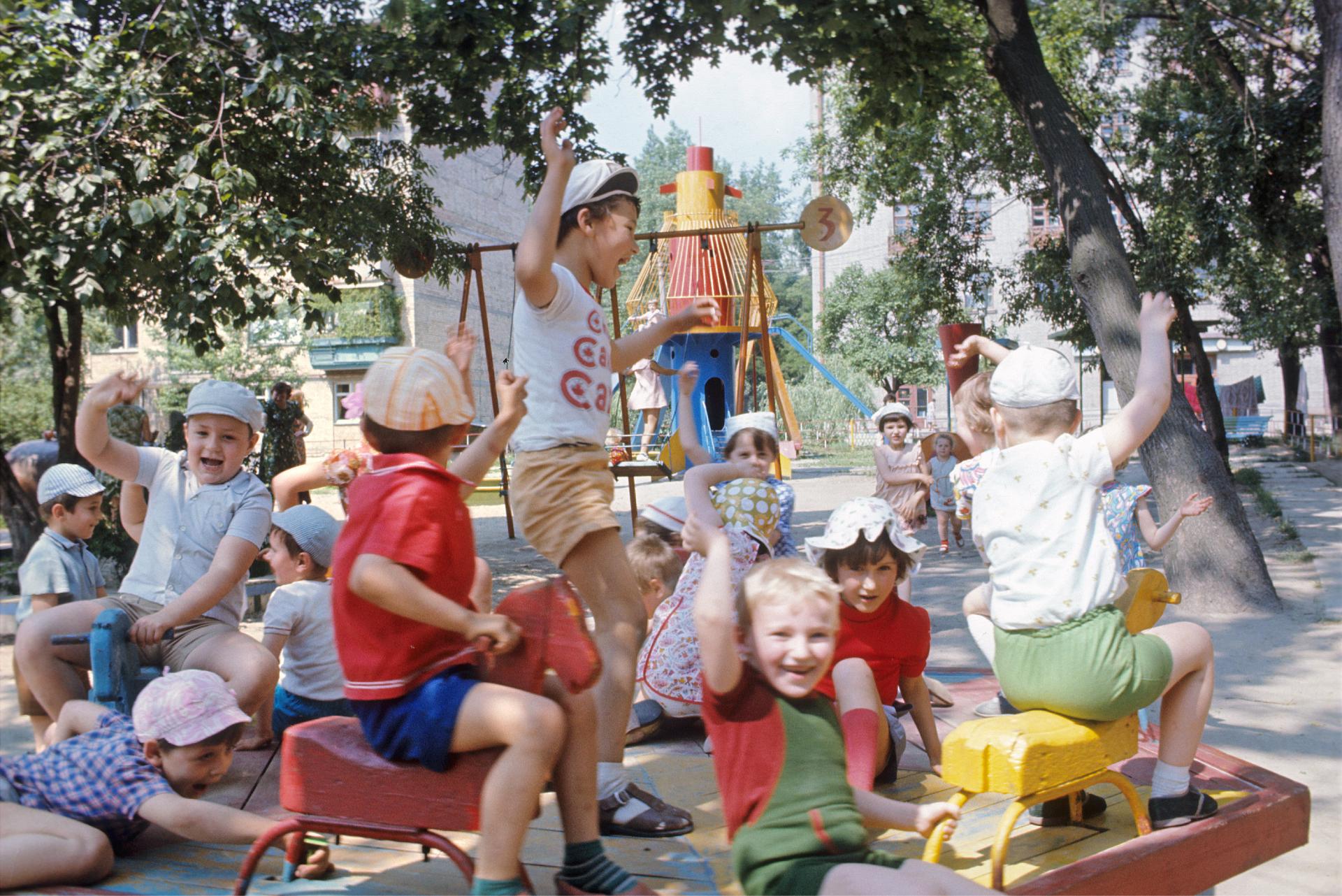 Киев. Детская площадка в Жовтневом районе