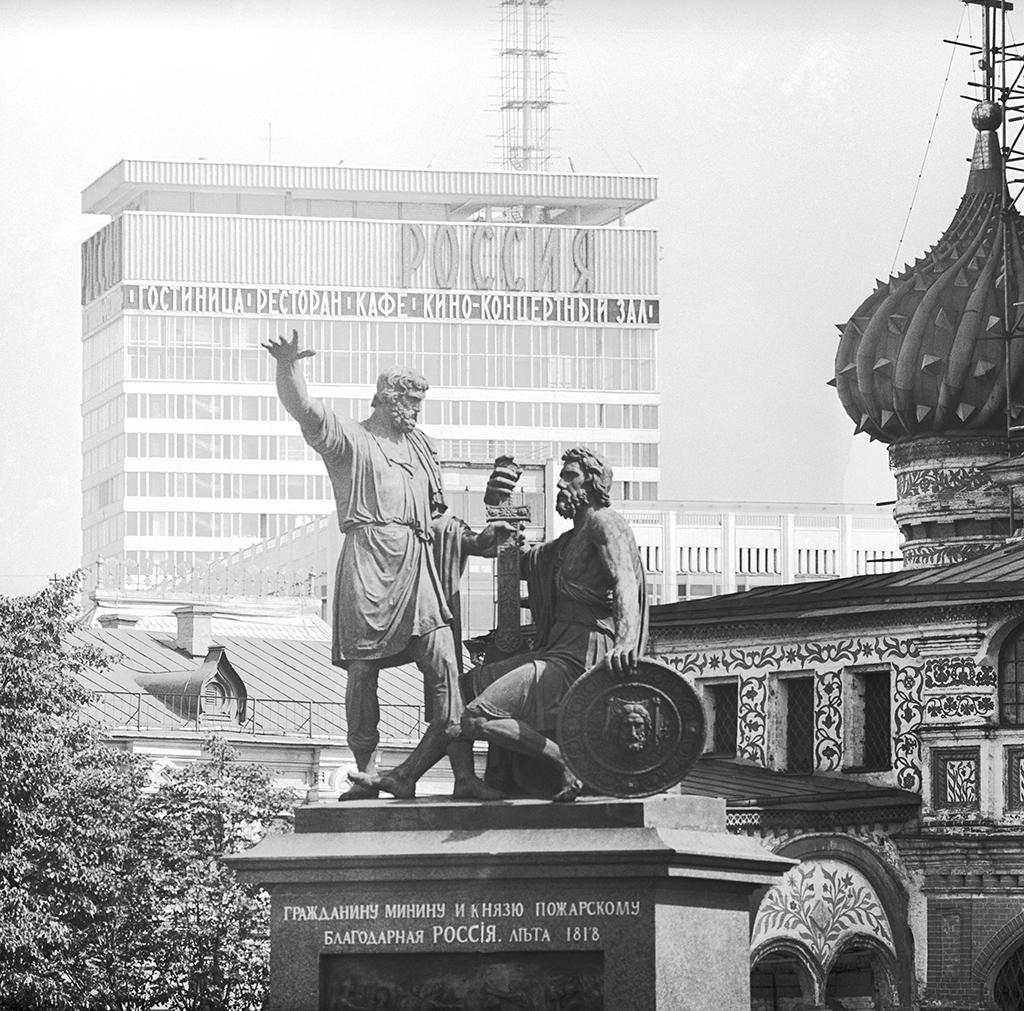 Вид на памятник Минину и Пожарскому, Покровский собор и гостиницу «Россия» с Красной площади. 1969 год