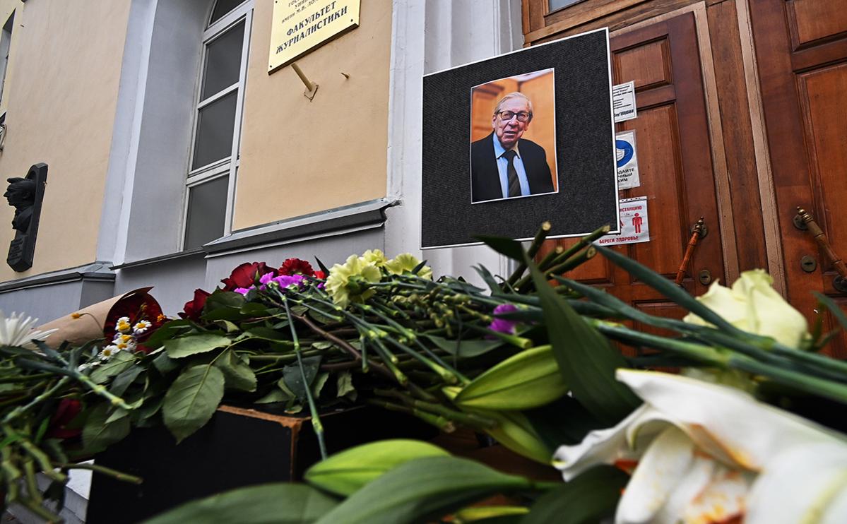 Цветы у здания факультета журналистики МГУ в память о Ясене Засурском