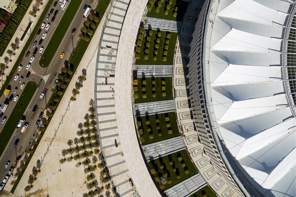 По всему периметру чаши стадиона установлен медиаэкран площадью 4,7 тыс. кв.м, говорится в описании проекта