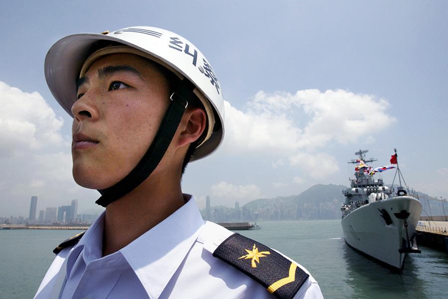 На сегодняшний день, ВМФ Китая насчитывает более 300 кораблей и считается крупнейшим в Азии. Как говорится в докладе Министерства обороны США Конгрессу 2016 года, Китай в последние годы обновляет флот, принимая на вооружение более крупные многоцелевые корабли, оснащенные современными противокорабельным, противовоздушным и противолодочным оружием, а также новыми технологиями обнаружения (на фото — эскадренный миноносец с управляемым ракетным оружием).