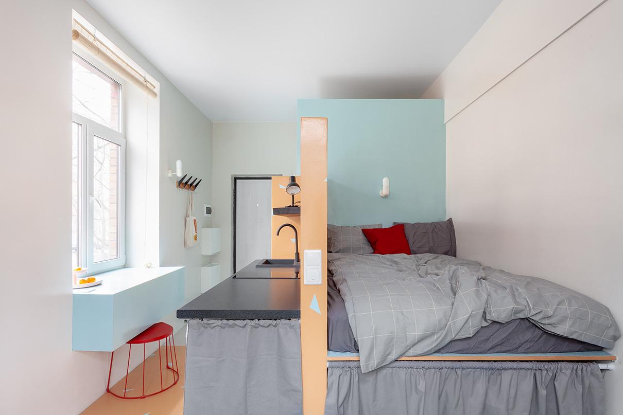 Кровать тоже представляет собой подиум, под которым организовано место хранения