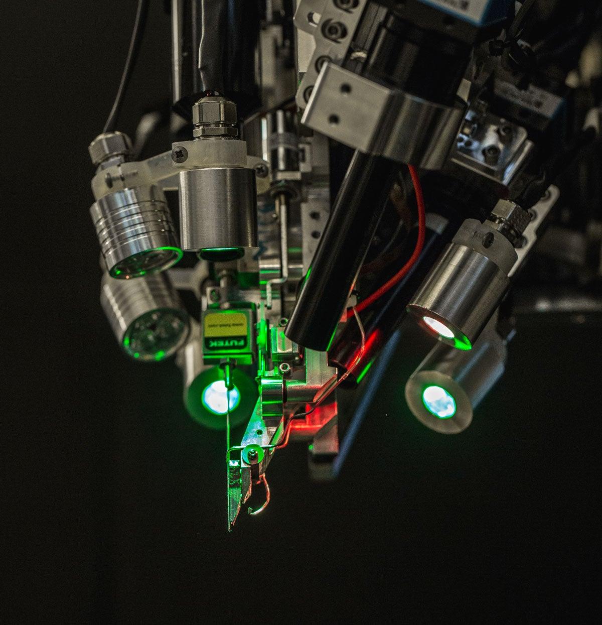 Робот компании Neuralink, на которого возложена ответственность за вживление чипов. Neuralink построила его совместно с компанией Woke, которая занимается промышленным дизайном
