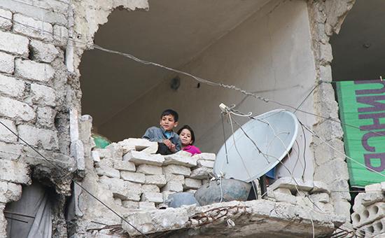 Дети в частично разрушенном доме в Алеппо