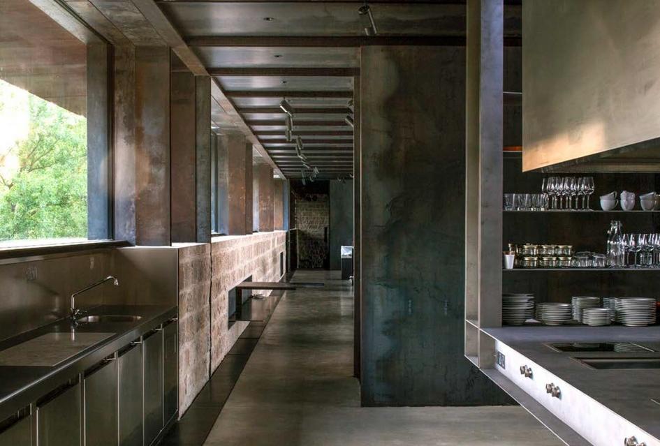 Архитекторы свели к минимуму новое строительство, ограничившись переделкой внутреннего пространства замка