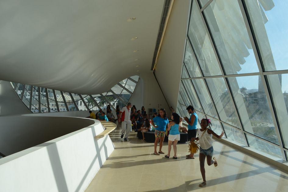 С одной стороны музея находится залив, с другой — искусственный пруд, который используется для отстоя воды. Окружение из двух водоемов в сочетании с парящим силуэтом создает иллюзию, будто здание плывет. Длина наиболее вытянутой нависающей части строения составляет 75 м