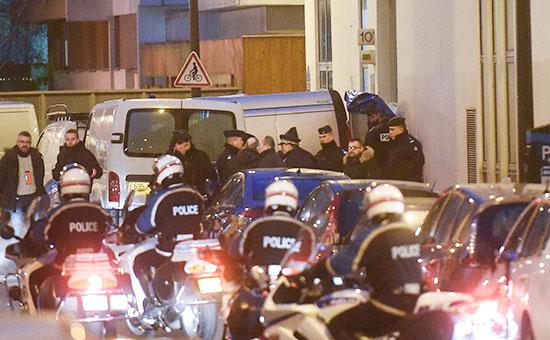 Сотрудники полиции рядом с редакцией сатирического журнала Charlie Hebdo в Париже, Франция
