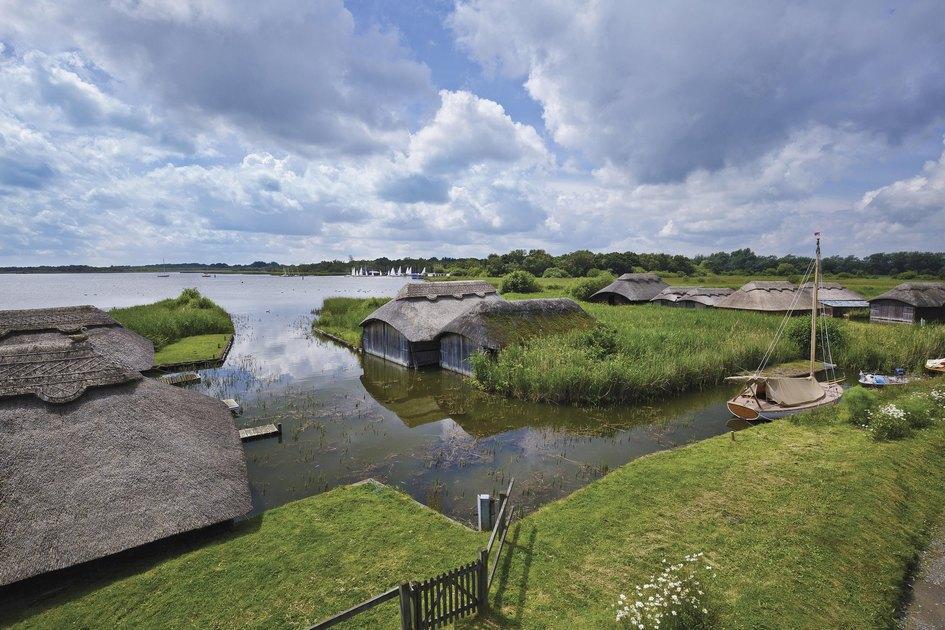 Так выглядят домики дляхранения лодок вHickling Broad Estate