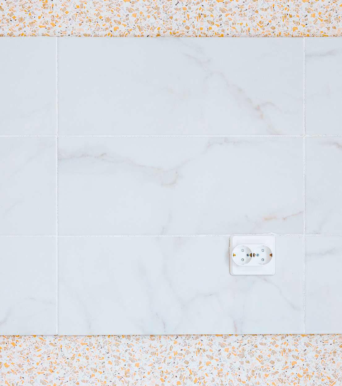 «Фартук изкерамической плитки позволит легко поддерживать кухню вчистоте. Достаточное количество розеток позволит удобно разместить кухонный гарнитур, холодильник идругую бытовую технику»,— говорится вбуклете