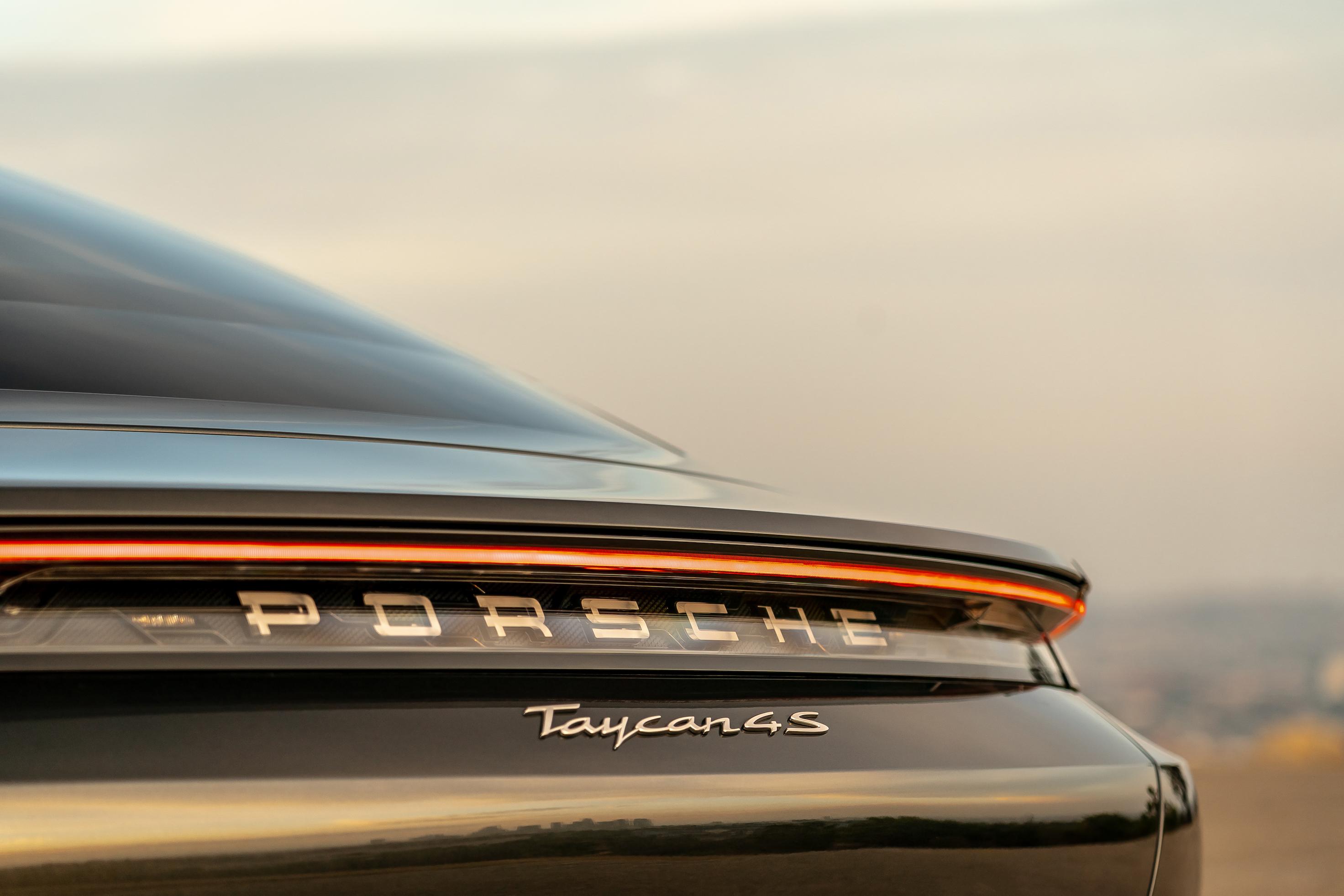 Значок Porsche Taycan 4S