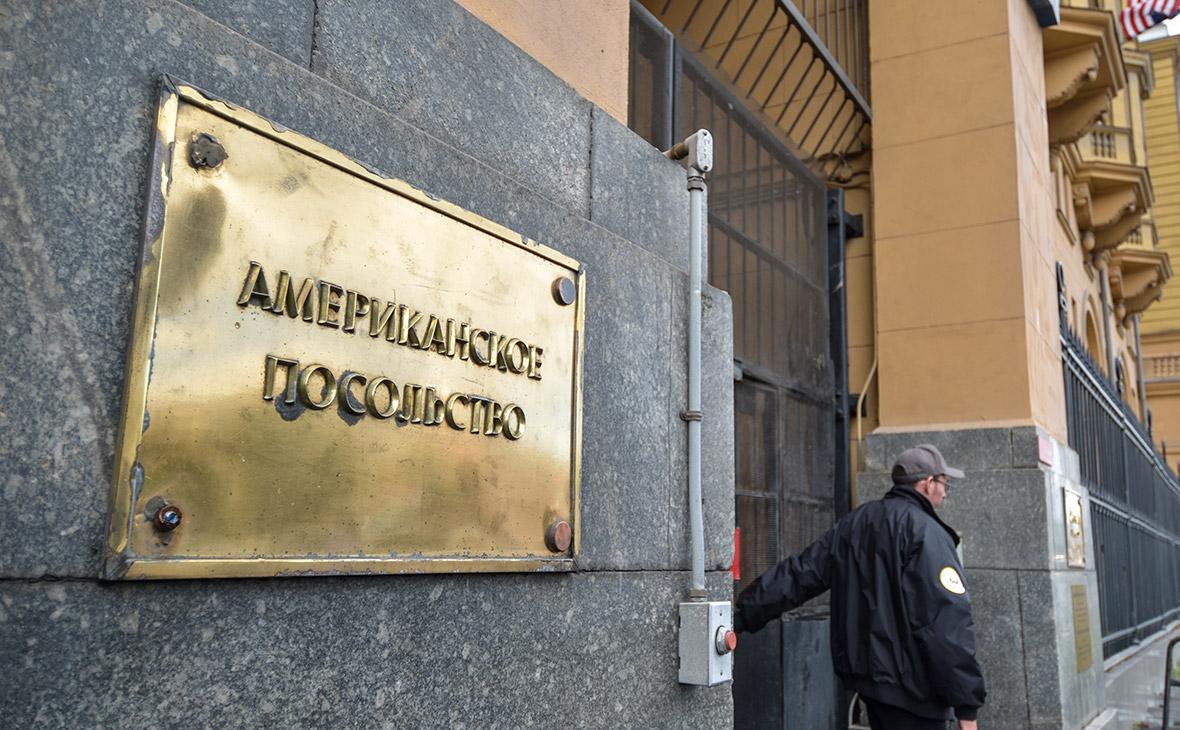 Посольство США резко сократило обслуживание россиян
