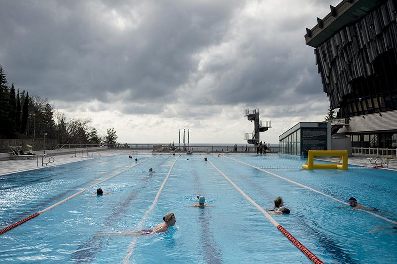 В «Ялте-Интуристе» сезон уже открыт: гостям доступны сразу три бассейна с морской водой — олимпийская вода (с температурой +28С), прыжковый и детский. Сколько денег вложено в строительство и реставрацию, компания не раскрывает.