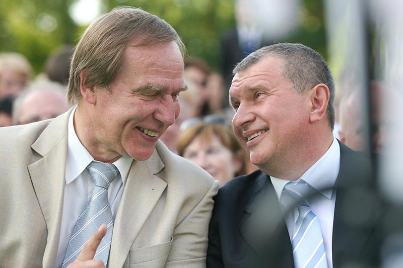 Ролдугин рассказывал, что устраивал камерные концерты для «узкого круга друзей» президента. На фото — с вице-премьером Игорем Сечиным в 2010 году