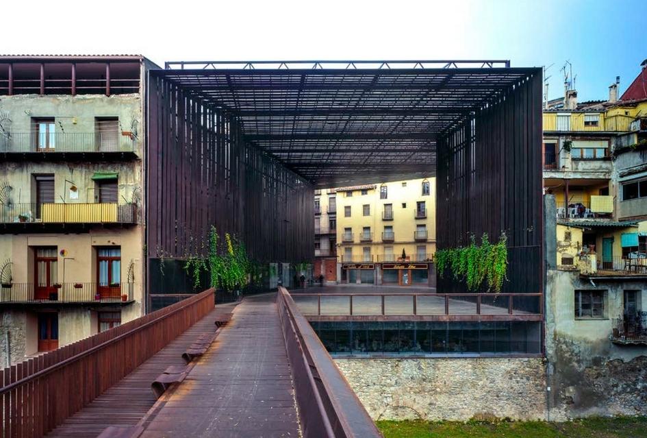 Пространство театра La Lira на месте снесенного здания представляет собой открытую террасу, расположенную между стенами соседних построек