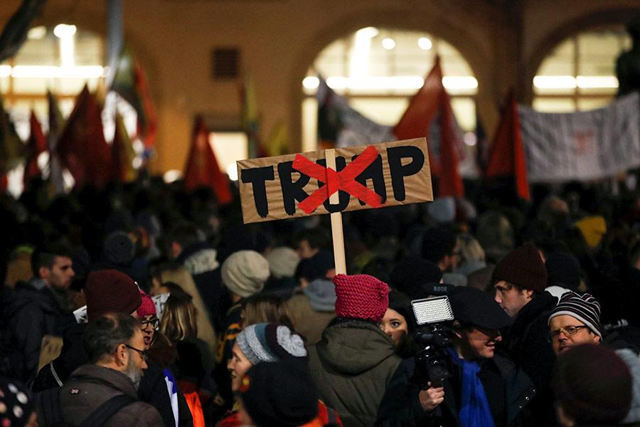 В ночь на 24 января в некоторых городах Швейцарии прошли митинги против возможного визита президента США Дональда Трампа в Давос