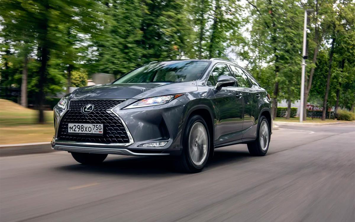 Lexus RX недавно пережил обновление. Рестайлинг коснулся, в первую очередь, передней оптики: она стала адаптивной и теперь светит дальше и ярче.
